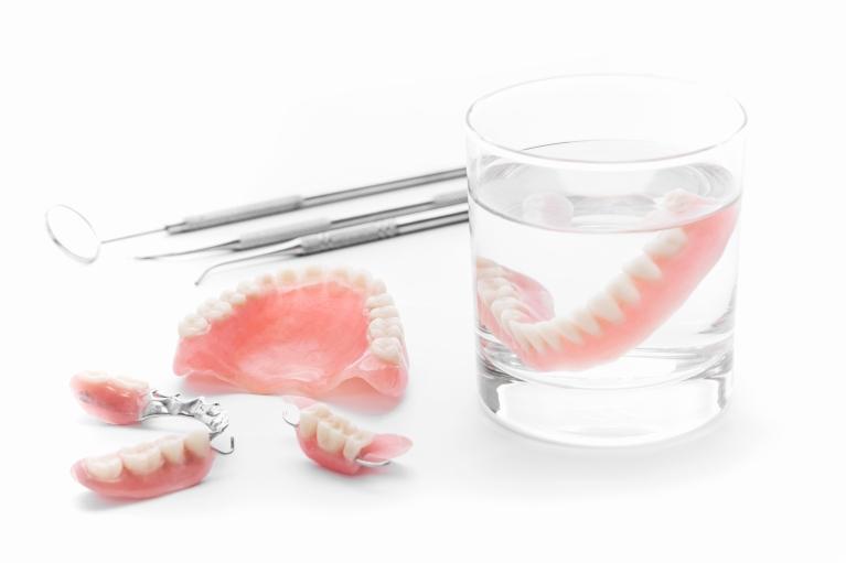 現在、入れ歯には見た目や機能が優れたものが複数あります